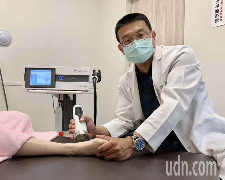 醫師楊椒喬使用組織修復生長因子注射療法加上水介質震波,替患者解除足跟痛楚。記者王...