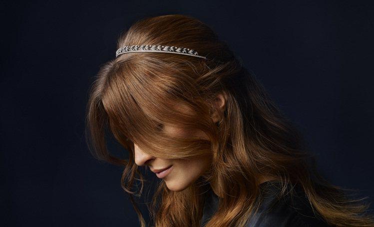 宋慧喬代言品牌CHAUMET推出以月桂葉為主要設計元素的冠冕與頭飾,為年終派對打...