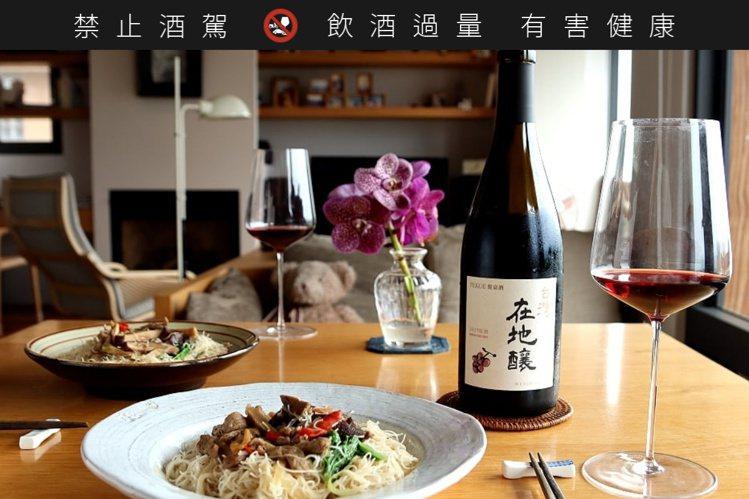 家常什錦炒米粉,搭配「台灣在地釀2019紅酒」,就是美好的一餐。圖/摘自葉怡蘭臉...