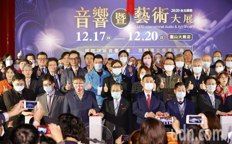 台北市長柯文哲(前排左三)上午出席「台北國際音響藝術大展」開幕,儀式結束合影時,市議員們幾乎都站在後方較遠的位置。記者鄭超文/攝影