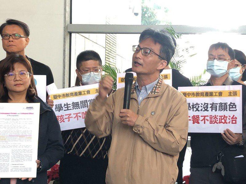 蘇偉碩(前右)表示,民進黨早在八年前就知道萊劑對動物健康的危害,因為他曾在民進黨團大會說的很清楚。記者陳秋雲/攝影