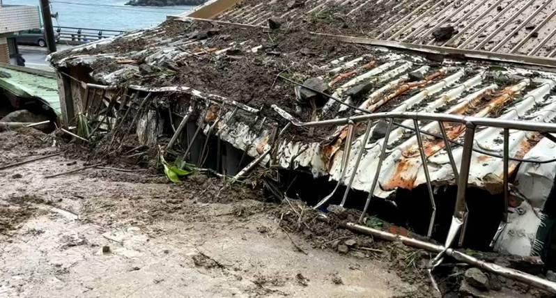 瑞芳鼻頭山壁崩塌壓民宅搶修蓋防布,居民擔心再崩危險。記者游明煌/翻攝