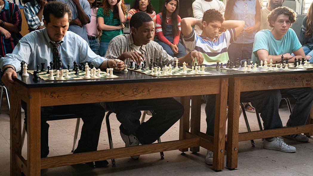 【高校棋蹟】老師馬利歐與學生們西洋棋實戰練習。捷傑提供