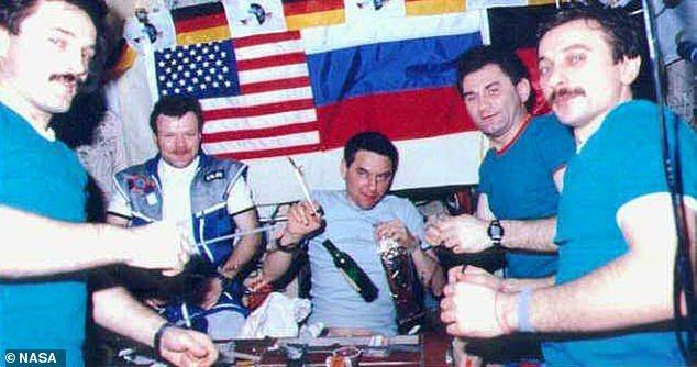 美国太空人林恩格1997年拍下俄国太空人拉祖特金(左)与其他俄国太空人在「和平号太空站」(Mir)上开「干邑派对」。图/NASA提供(photo:UDN)