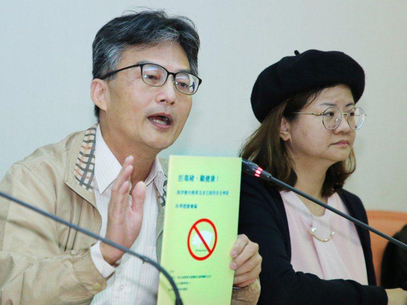 主張萊劑對人體有害的醫師蘇偉碩(左)遭「查水表」,被警方要求到案說明,引起輿論炸鍋。記者曾學仁/攝影
