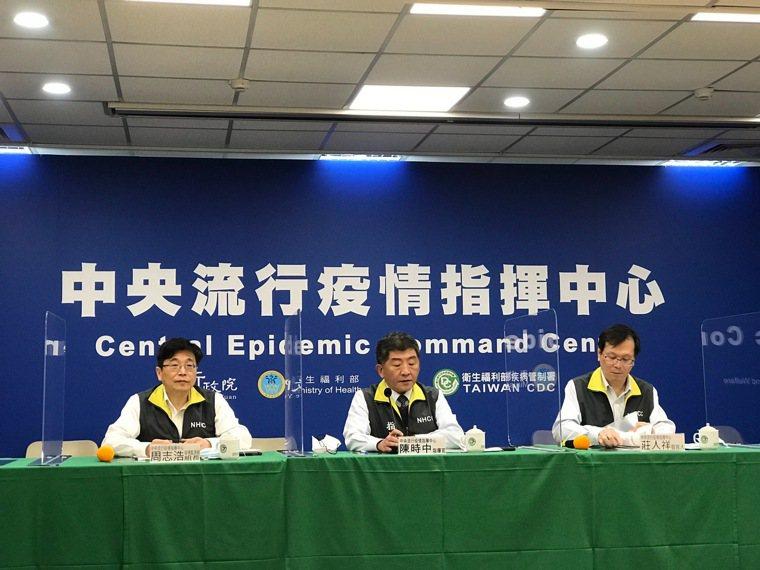 指揮中心指揮官陳時中(中)表示,擬訂藝文防疫SOP,未來可能出關前分批採檢,避免...