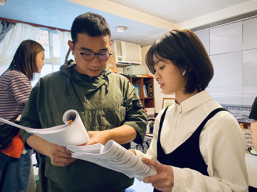 邱偲琹(右)為演出「天巡者」做足功課。圖/周子娛樂提供