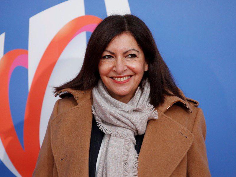 巴黎女市長伊達戈因任用太多女性高官,被指違反性平法,挨罰9萬歐元。圖為伊達戈14日在巴黎出席世界盃橄欖球賽抽籤活動。路透