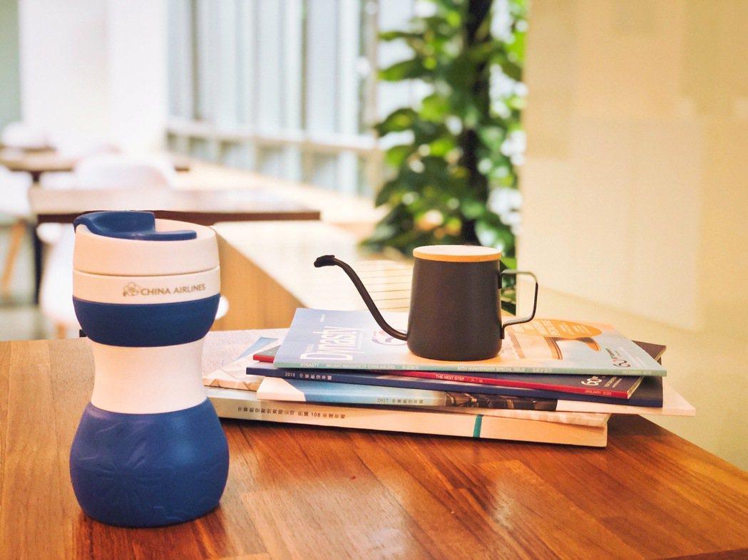 「華航矽緻摺疊隨行杯」上市後引發網路熱烈迴響,今日再獲經濟部肯定。 圖/華航提供