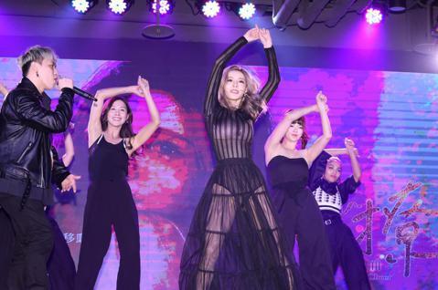 孟慶而下午發表新單曲,與新生代饒舌天團「影子計畫」同台,並和閨蜜苡瑄、曲羿、沐妍、曉帆,一起大秀撩人舞技,徐乃麟也到場獻花給予支持。