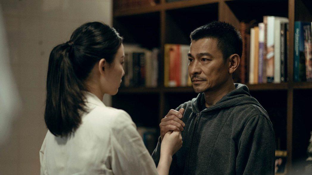 倪妮(左)、劉德華合唱主題曲「相信我」。圖/華映提供