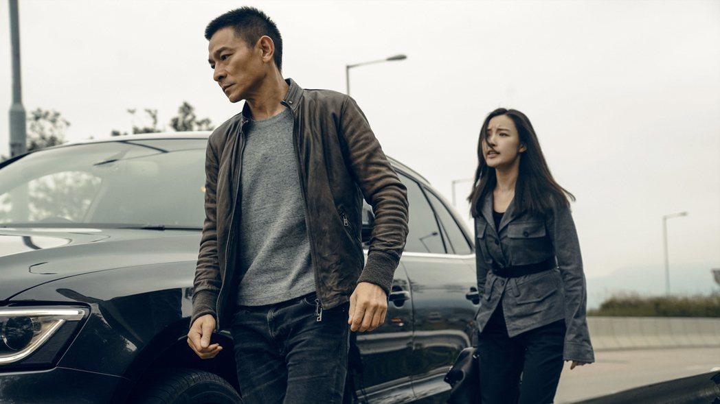 倪妮(右)、劉德華合唱主題曲「相信我」。圖/華映提供