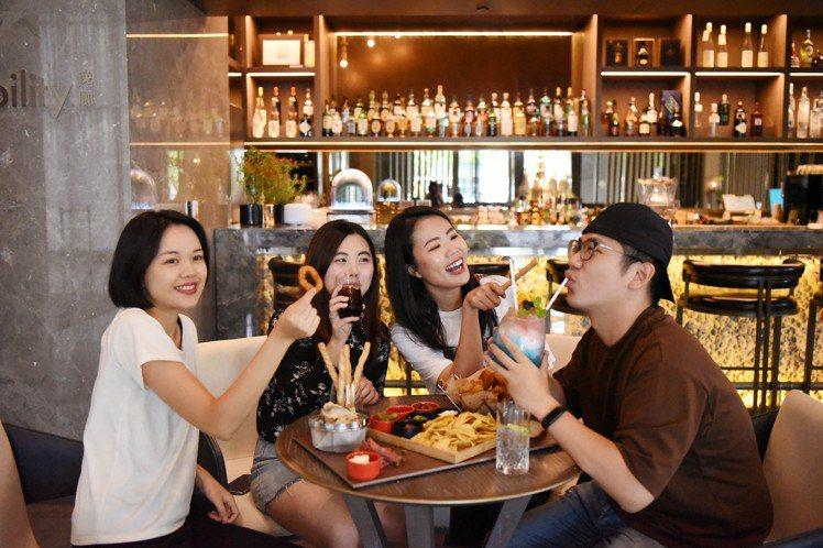 台北新板希爾頓酒店SociAbility逸廊,跨年夜推出「犇向2021跨年暢飲派...