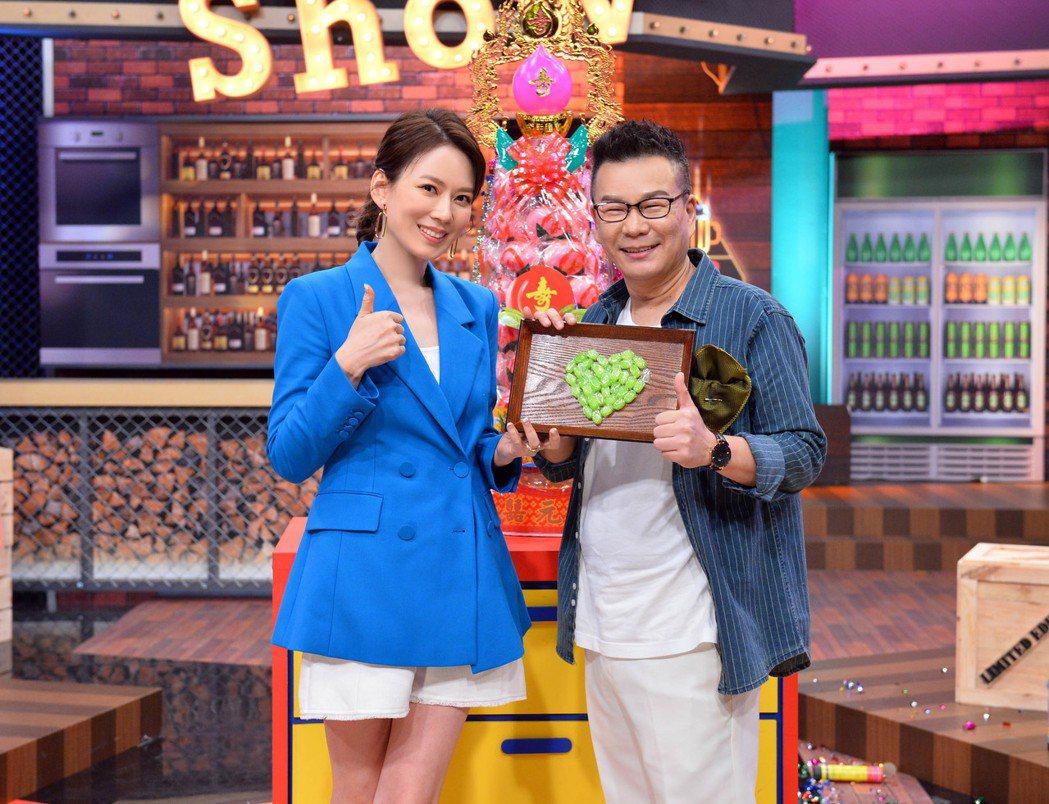Melody(左)送喉糖讓沈玉琳潤喉。圖/TVBS提供