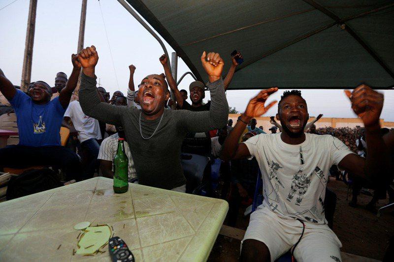 研究指出,人類的表情是通用的。圖為足球迷觀看2019年非洲國家盃情緒高昂。路透