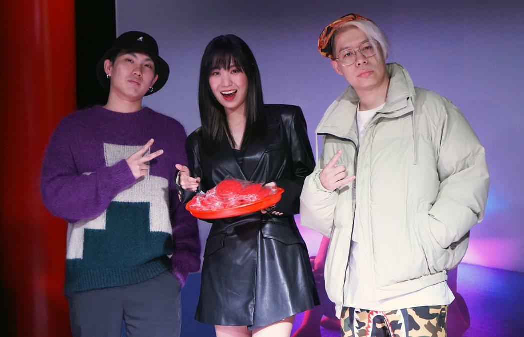 孫盛希(中)邀來米奇林(左)、剃刀蔣擔任專輯製作人。圖/滾石唱片提供