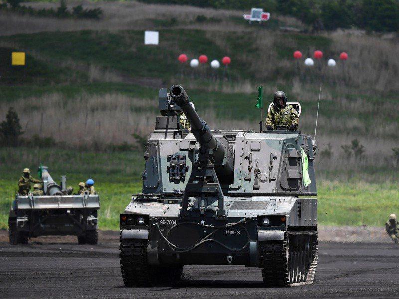 日本陸上自衛隊今年5月進行的富士總火力演習。路透