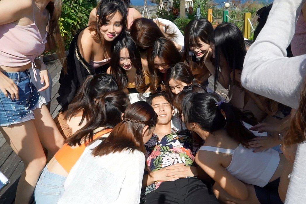 胡宇威被20位辣妹圍繞,嚇得把腿夾緊。圖/東森戲劇提供