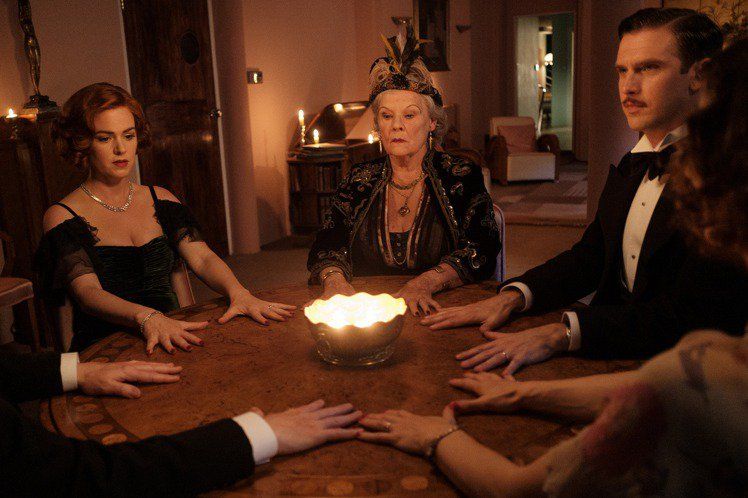 奧斯卡、金球獎得主茱蒂丹契(Judi Dench)睽違多年,再度於大銀幕搞笑演出,在愛情喜劇「舊愛靈靈妻」(Blithe Spirit)當中,化身糊塗靈媒「阿卡蒂夫人」。她不僅在片中裝神弄鬼、幹話連...