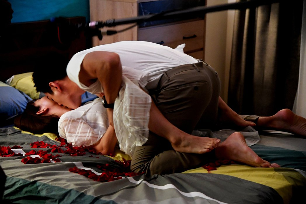 郭書瑤(左)和禾浩辰在「未來媽媽」中的床戲尺度大膽。圖/三立提供
