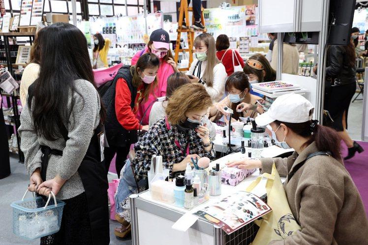 冬季美容展首日,現場人潮擠爆。記者曾吉松/攝影