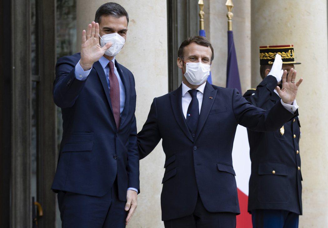 西班牙總理桑切斯(左)14日造訪巴黎與法國總統馬克宏(右)會晤。歐新社