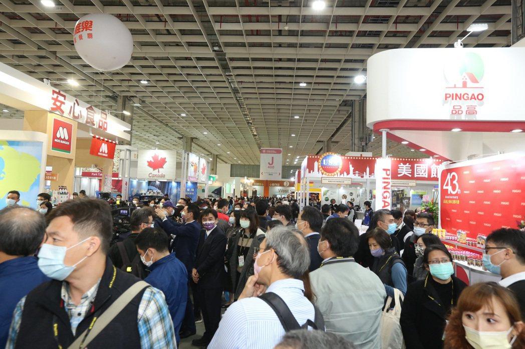2020台北國際食品展開展首日現場觀展人潮踴躍。貿協提供