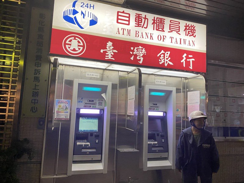 台灣銀行今(17)日發生提款機大當機一事,台銀晚間回應,「ATM系統因維修造成服務中斷,工程師立刻進行搶修,並於九點恢復正常提領。對於造成客戶不便深表歉意。」記者林宛諭/攝影