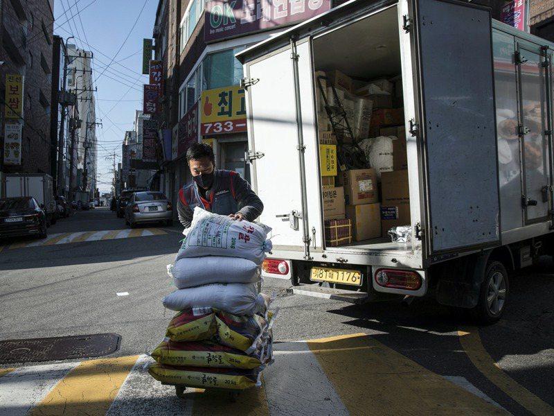 南韓配送員被歸類為自營業者,不在勞動法律的保障範圍內。 圖/取自紐約時報