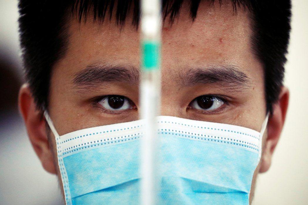 輝瑞藥廠目前堅持拒絕直接進入私人機構,是為了防止黑市疫苗,但所有疫苗生命線上的成...