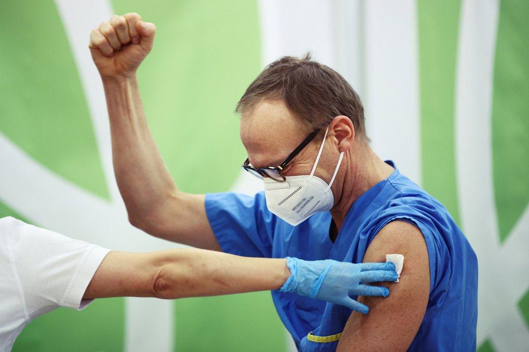 以各國政府目標在達成半數以上國民的接種,加上各藥廠的生產進度來看,預計要到202...