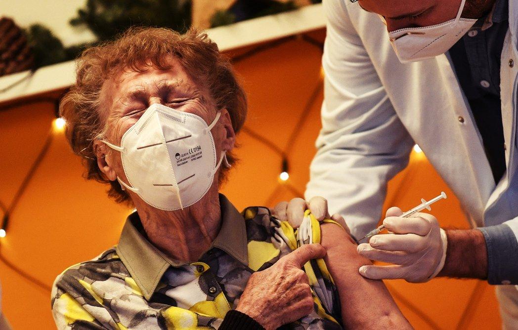 法國藥廠賽諾菲(Sanofi)和英國藥廠葛蘭素史克(GSK)兩大巨頭合作的疫苗,...