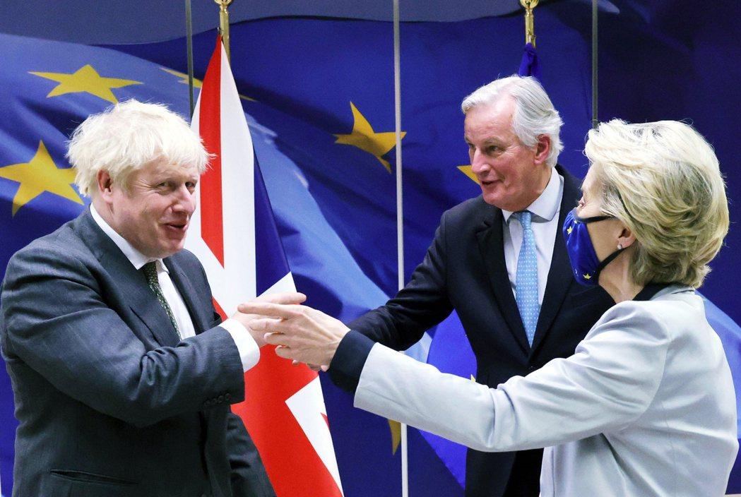「是你是我還是他?」在多年波折後,馮德萊恩(右)、巴尼耶(中)都巴不得盡早把英國...
