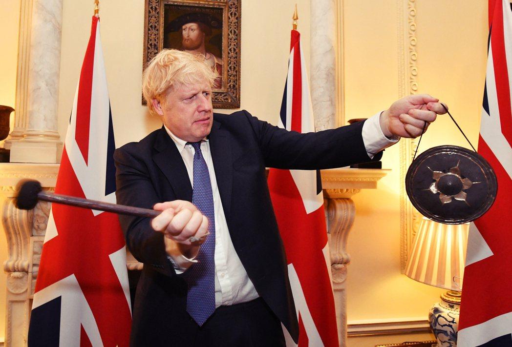 「終於終於,英國在新年之前Take Back Control了!」圖為2020年...