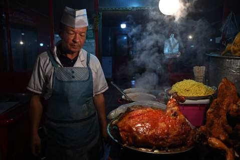2020 年末,《半島電視台》報導中共正積極於新疆發展「生豬養殖產業」、《BBC...