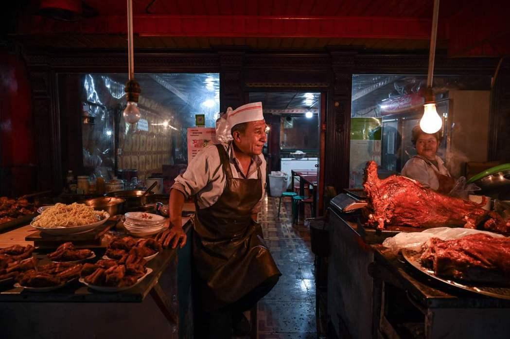 在新疆,過去若是經營與豬相關的產業、產品,會承受一定的社會壓力;養豬產業都為漢人...