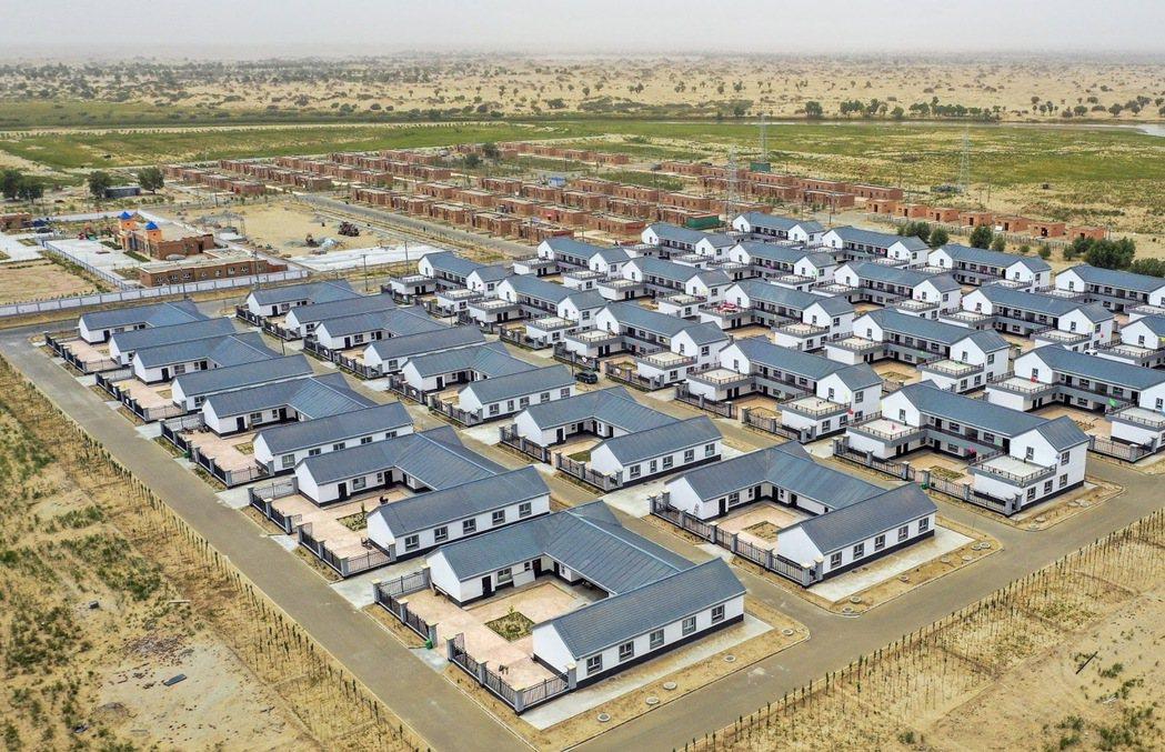 圖為6月24日,新疆和田地區于田縣達裡雅布依鄉的新村。2019年,中國政府以扶貧...