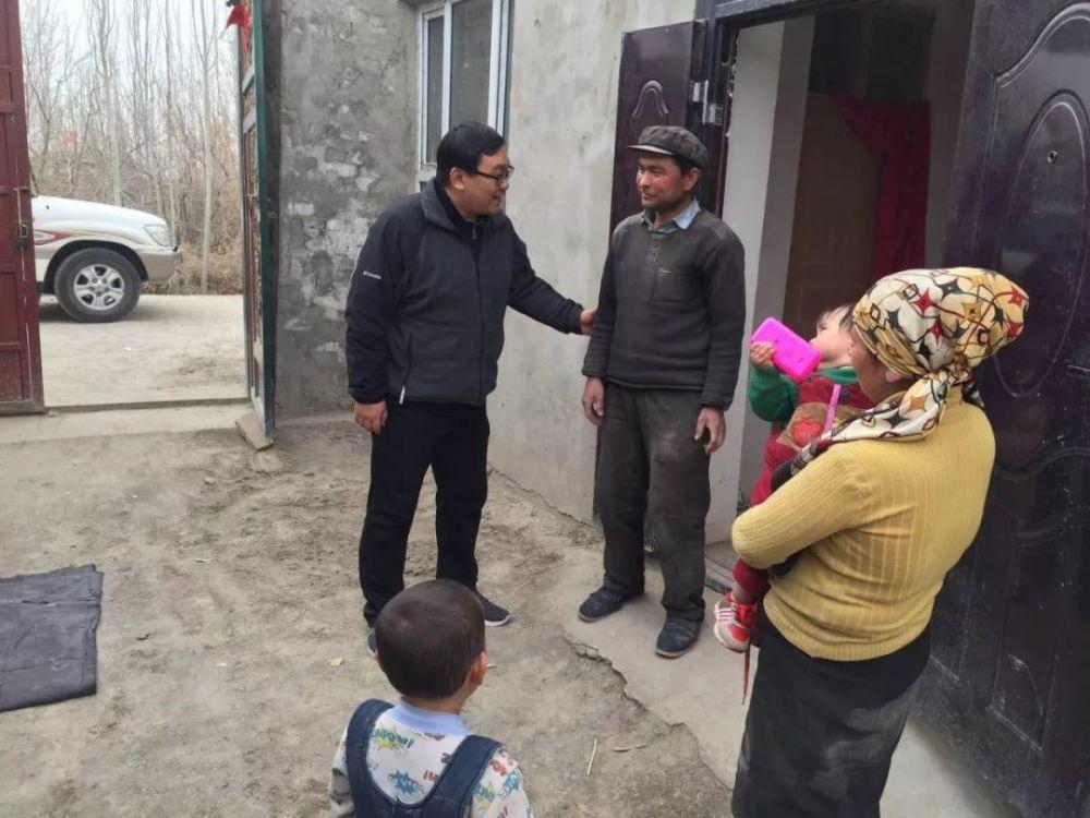 圖為馮玥訪視貧困家庭。不少黨幹部都將此視為一場「大善的修行」,並在社群平台上分享...
