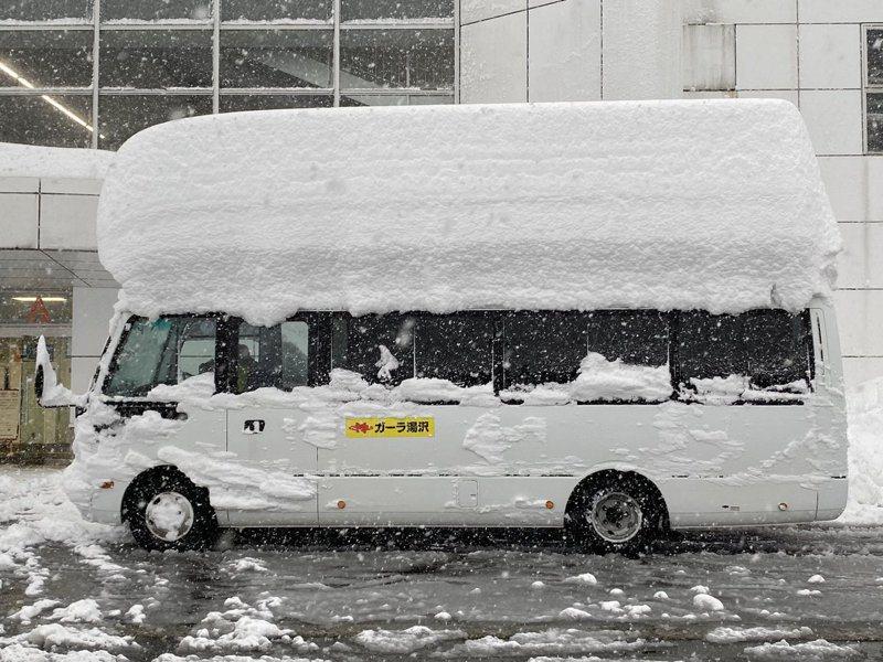 日本一家滑雪場的巴士遭逢大雪,竟然積出「第二層」座位。圖擷取自twitter