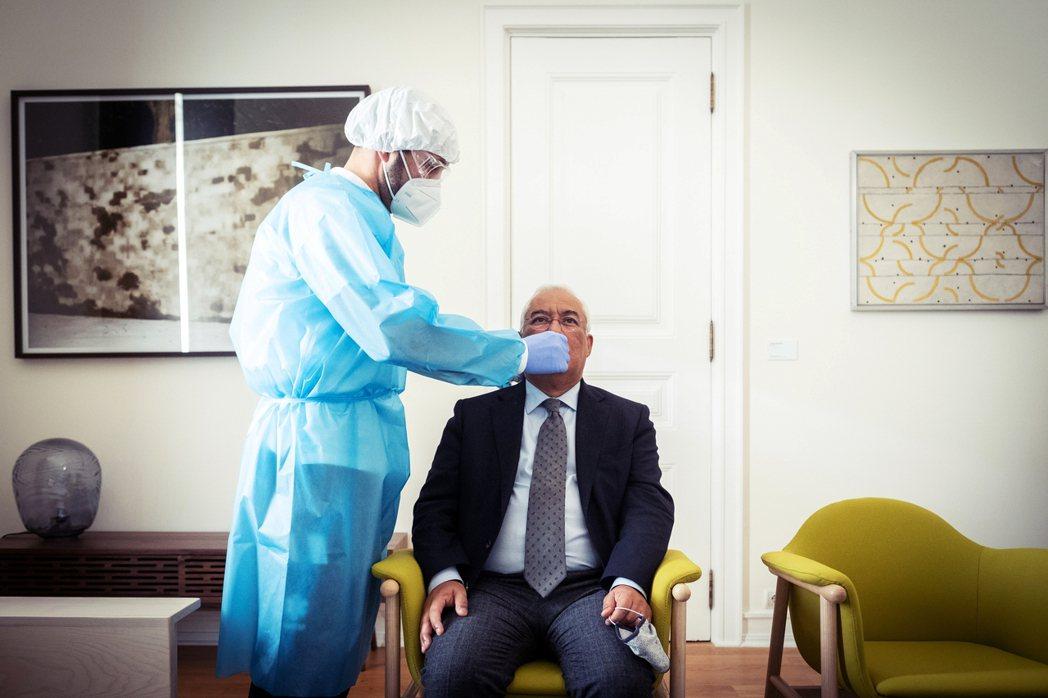 與馬克宏有過密切接觸的歐盟領袖也紛紛啟動預防應變,圖為後來接受採檢的葡萄牙總理柯...