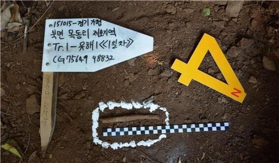 找出士兵전원식遺體的挖掘現場。圖擷取自韓民族日報