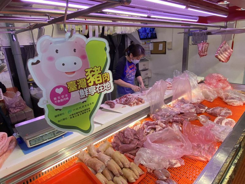 醫師蘇偉碩質疑萊劑可能會危害健康,行政院長蘇貞昌說「不要讓情緒妨礙科學」,圖為部分傳統零售市場「台灣豬貼紙」。 圖/聯合報系資料照片