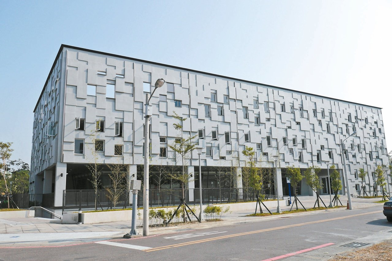 鹽埕圖書館為南區第二座公共圖書館,外觀以書本的堆疊形式,象徵知識的結晶體。 圖/...