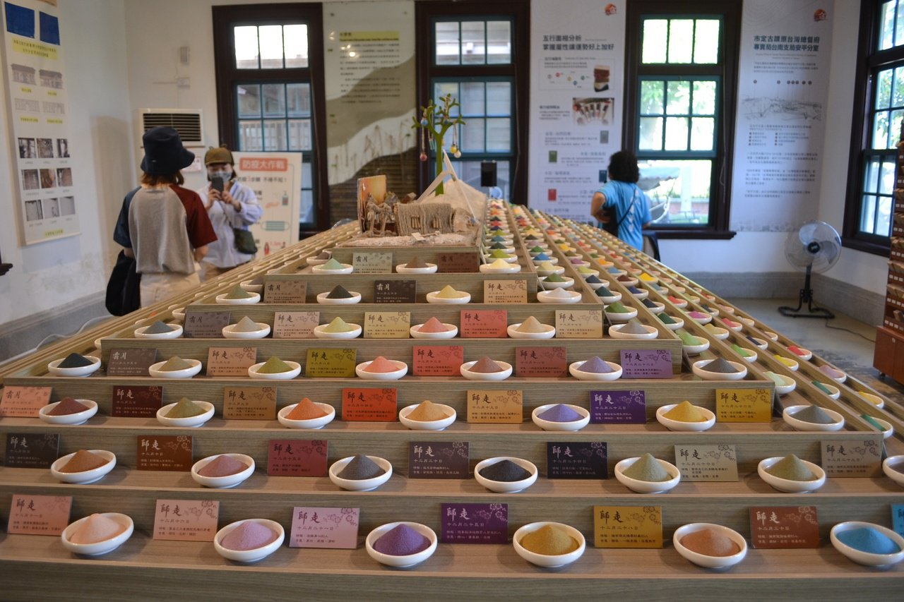 夕遊出張所內的生日彩鹽,是最受歡迎的文創商品。 圖/鄭惠仁 攝影