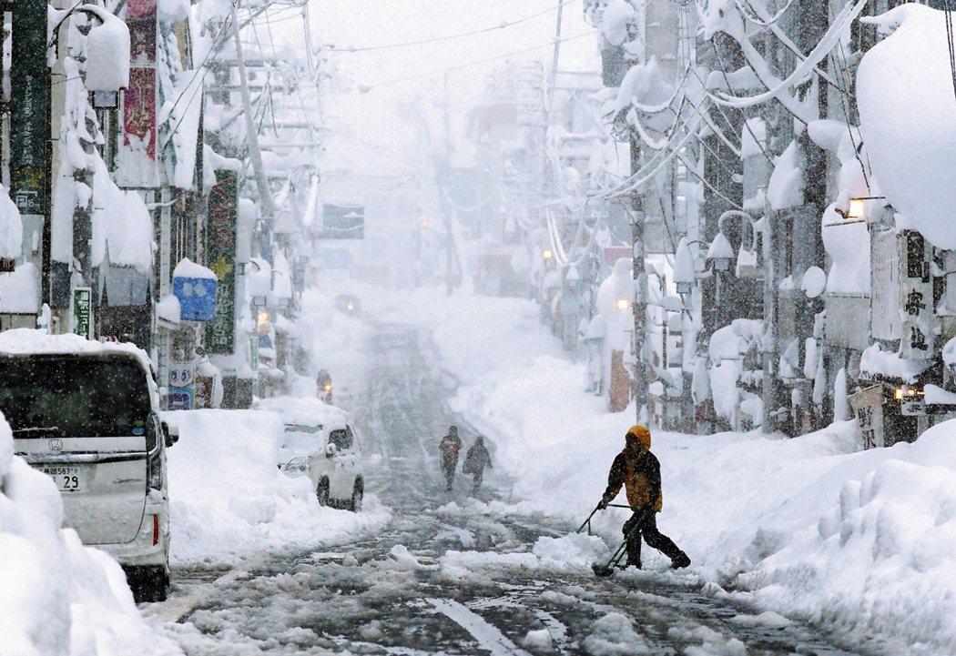 新潟縣18日的大雪景象。 圖/路透社
