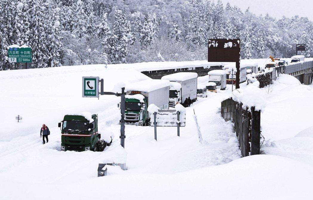 大雪災難導致的「立ち往生」,並不是真的有人因此過世,而是引申為「無法動彈、進退不...