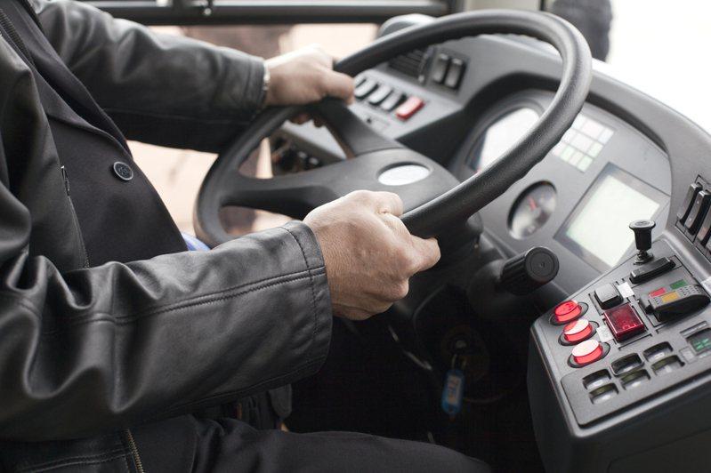 一名網友分享,近來疫情升溫,他搭公車時司機為每一位乘客噴酒精消毒,讓她感到相當窩心。示意圖/ingimage