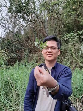 專題總召集人鄭朝陽小心翼翼呵護著即將種下的「願景樹苗」。記者郭琇真/攝影