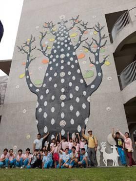 這幅百年樹人是由盧銘世與北園國小師生共同完成。記者郭琇真/攝影