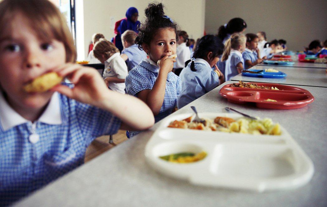 有數量爆增將近一倍的英國貧窮家庭學童,因為長時間防疫停課與耶誕-新年關係的關係,...